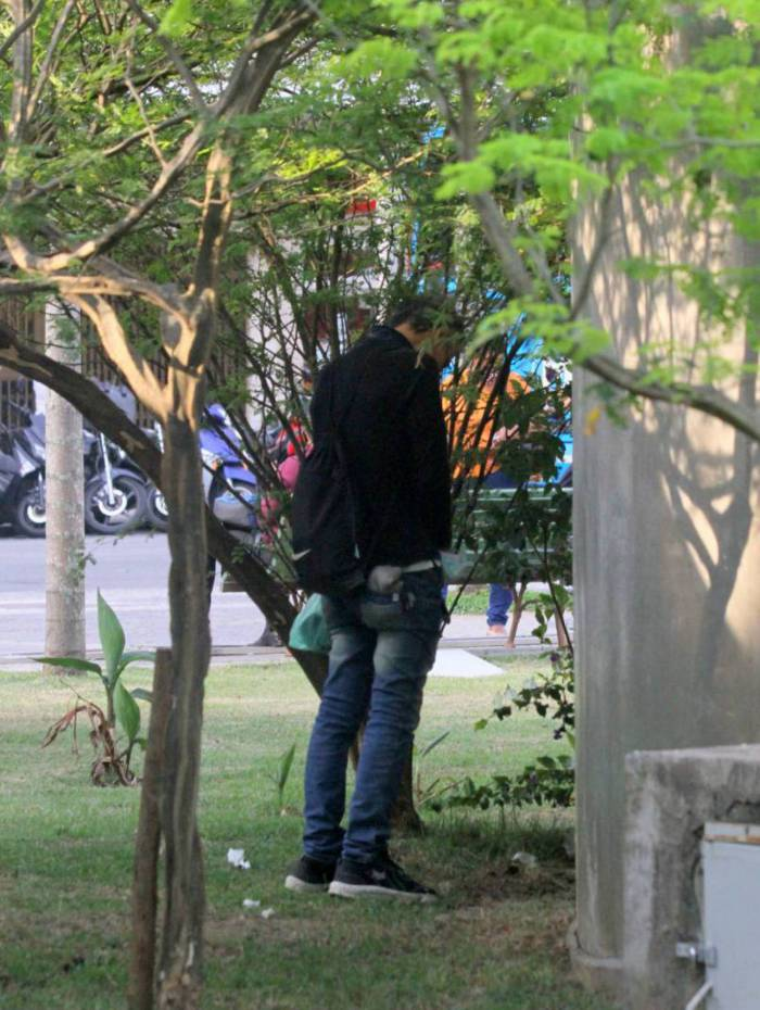 mario - Ator Mário Gomes é flagrado fazendo xixi na rua do Leblon