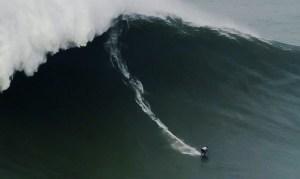 onda gigante 300x179 - Brasileira quebra recorde de maior onda já surfada por uma mulher - VEJA VÍDEO