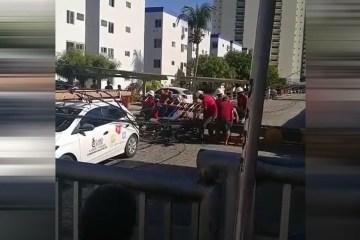 Poste cai sobre trabalhadores em João Pessoa e grupo tenta resgatar vítimas -VEJA VÍDEO