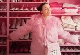 Mulher exibe vida em cor-de-rosa: até a tampa do vaso sanitário e o micro-ondas