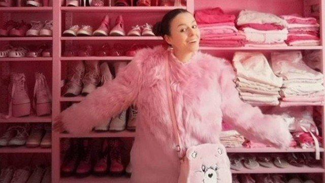 xblog pink 7.jpg.pagespeed.ic .8wy2vcdcxr - Mulher exibe vida em cor-de-rosa: até a tampa do vaso sanitário e o micro-ondas