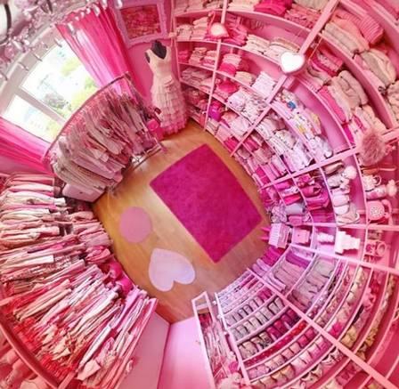 xblog pink b.jpg.pagespeed.ic .VqvOEoUYxf - Mulher exibe vida em cor-de-rosa: até a tampa do vaso sanitário e o micro-ondas