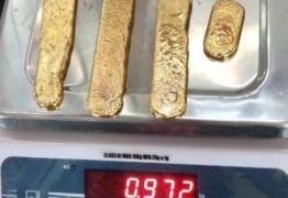 Homem é detido após esconder quatro barras de ouro nas nádegas