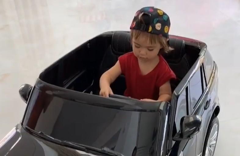 767cf020 0cb7 11eb bff7 c2ace982d43e - Sabrina Sato presenteia filha com carro elétrico avaliado em R$ 4,2 mil