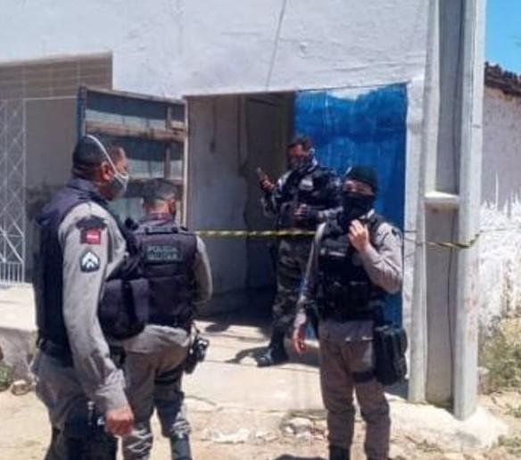 885 1 - NA PARAÍBA: Casal é encontrado morto dentro de carro; polícia suspeita de envenenamento