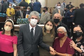 NOVOS TEMPOS: Ricardo Coutinho e esposa marcam presença em culto da Assembleia de Deus – VEJA VÍDEO