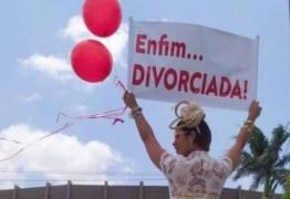 Mulher comemora divórcio com ensaio fotográfico: 'Enfim… divorciada!'