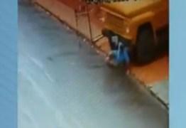 IMAGENS FORTES: Homem tenta segurar caminhão e acaba atropelado em São Paulo