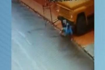 f889de3df30ff8f5681f9cbabdfc7d50 - IMAGENS FORTES: Homem tenta segurar caminhão e acaba atropelado em São Paulo