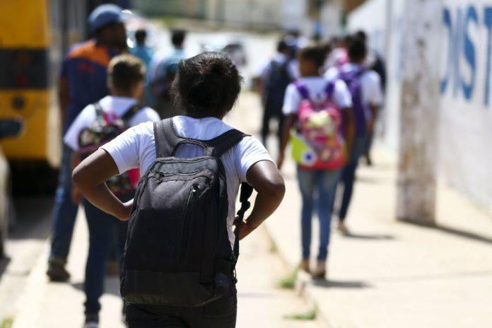 garota estudando 696x464 1 - A qualidade do ensino fundamental de João Pessoa: o que fazer? - Por Luiz de Sousa Junior