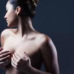 mulher segurando seio politica instagram 1603825478353 v2 900x506 - Instagram libera foto de seios femininos em três condições; veja o que muda