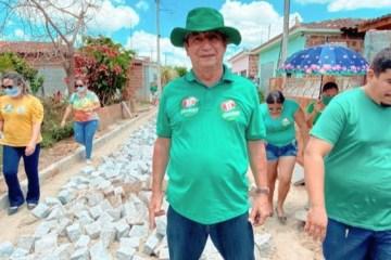 """robertofeliciano sape 121707170 773085213252609 1830543477296613695 n 750x375 1 - """"Enquanto os outros falam, a gente trabalha"""" sentencia prefeito de Sapé ao visitar mais uma obra de pavimentação no município"""