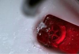 Mulher fabrica sabonetes com aroma de ex-namorados