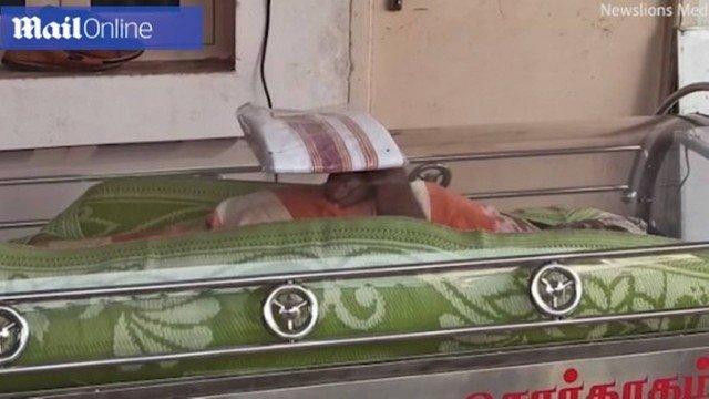 xmorto na india.jpg.pagespeed.ic .hanAeG9nuA - Família congela corpo de morto e descobre 20 horas depois que ele estava vivo