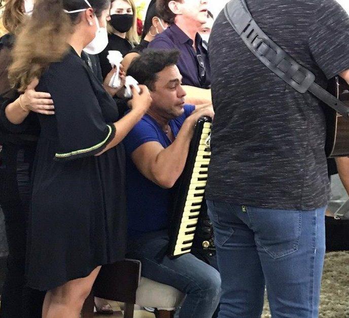 Zezé Di Camargo vai às lágrimas ao tocar sanfona em enterro do pai