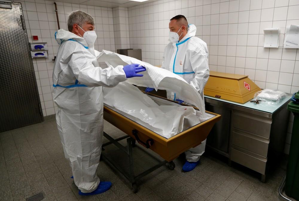 2020 11 10t000000z 7918523 rc2d0k9j8c5c rtrmadp 3 health coronavirus germany funeral home - BRASIL EM SEGUNDO LUGAR: mundo tem recorde diário de casos e de mortes por Covid-19