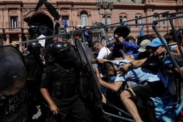 2020 11 26t183446z 958389855 rc26bk94gp5h rtrmadp 3 soccer argentina maradona - Velório de Maradona na Casa Rosada tem tumultos e intervenção da tropa de choque