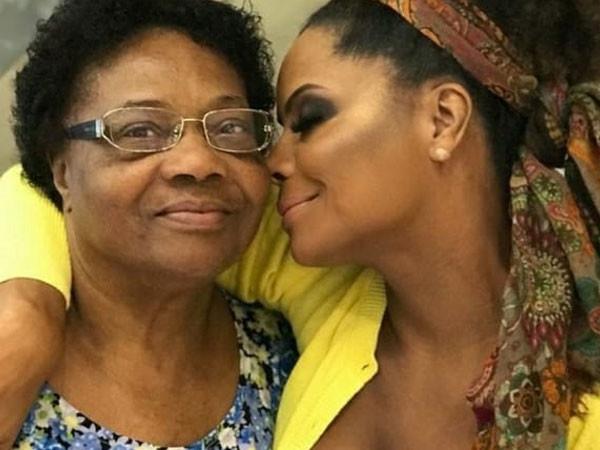 202011041429 ad608f9335 - NA UTI: mãe de Adriana Bombom é internada após ser diagnosticada com Covid-19