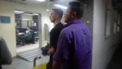 55 - Tatuador é preso em flagrante, suspeito de esfregar órgão sexual no braço de jovem e liberado