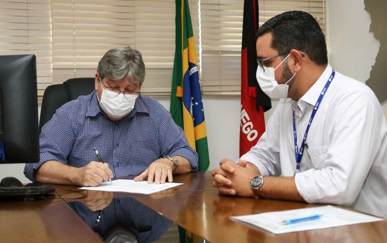 6e8d6cd1 b5c9 48ac bdd1 ccbffcc9bd25 - João Azevêdo assina ordem de serviço para implantação do sistema de abastecimento d'água de Santa Inês