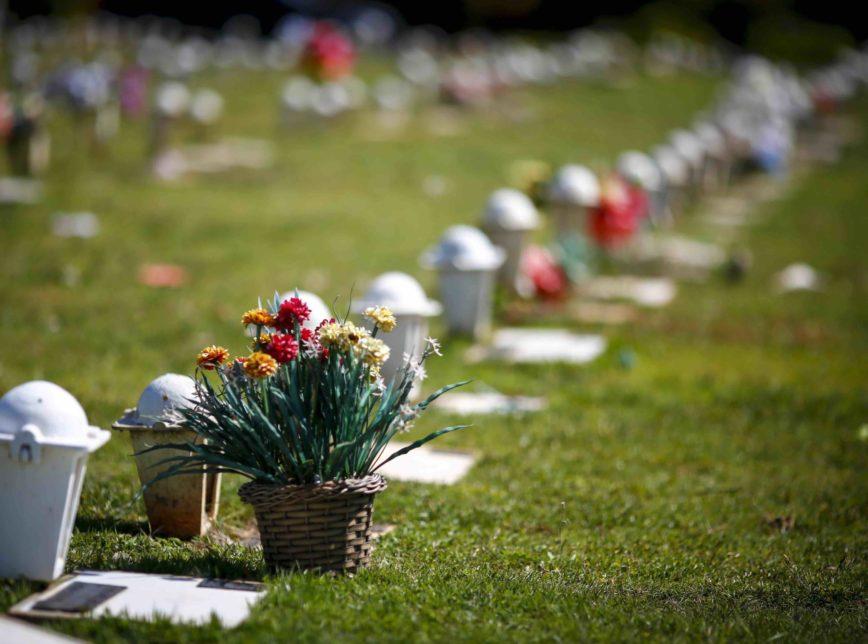 Cemiterio Morte Enterro Covas Covid19 Coronavirus CampoDaEsperanca 14 1 scaled 1 1 868x644 1 - VIDAS PERDIDAS PARA O VÍRUS: Brasil ultrapassa a marca de 200 mil mortos pela Covid-19