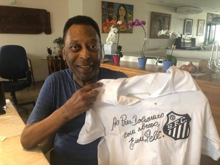Pelé Bolsonaro - Pelé faz dedicatória em camisa do Santos para Bolsonaro