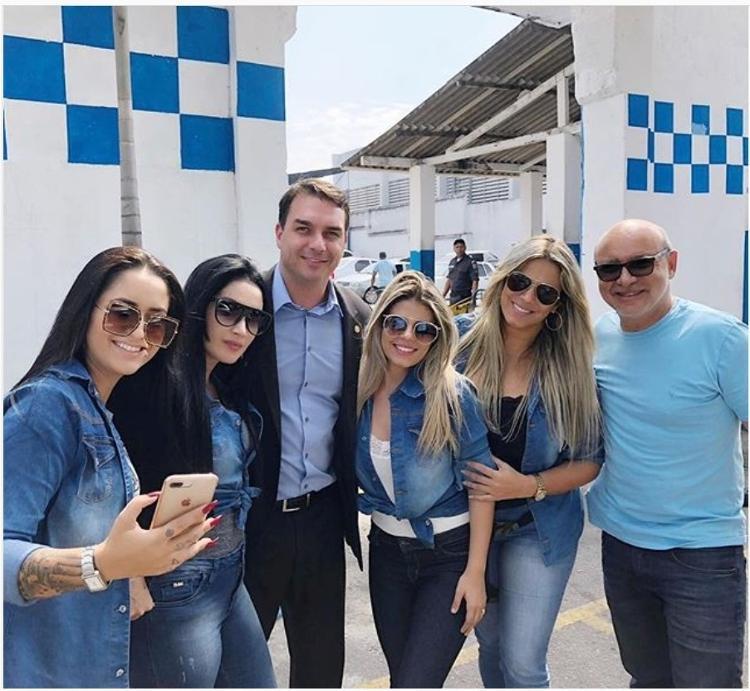 QUEIROZ - Queiroz pagou cabos eleitorais de Flávio Bolsonaro com caixa 2 em 2018, afirma UOL