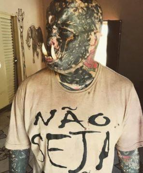 TATUADOR e1604436895329 - Tatuador brasileiro gasta quase R$ 3 mil para colocar presas e virar 'orc'