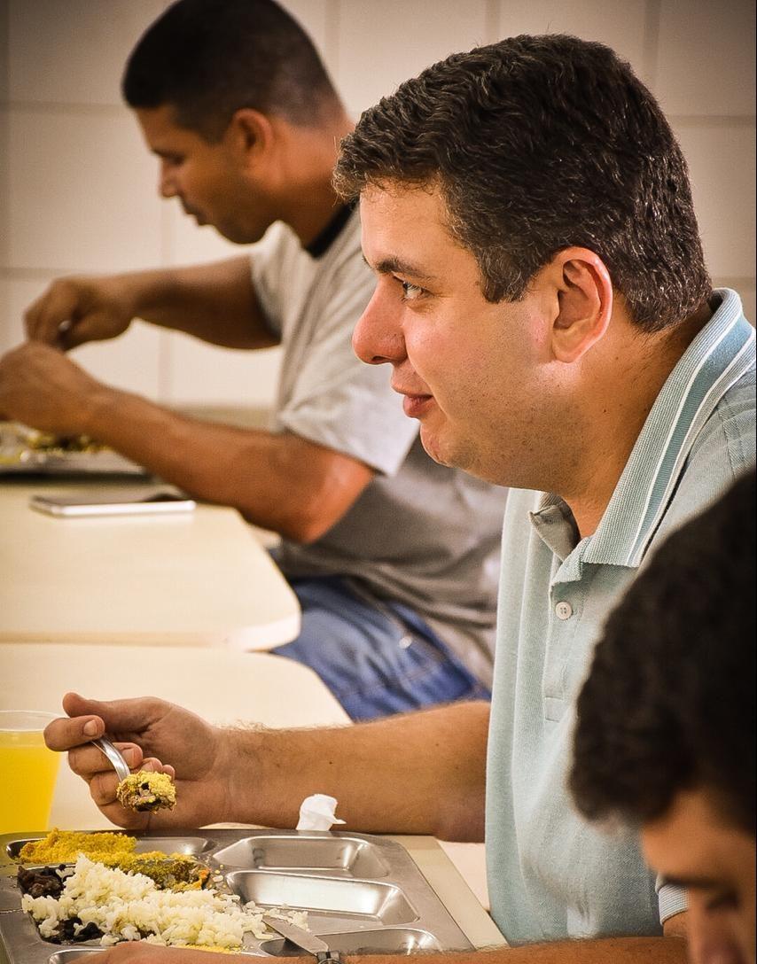 """WhatsApp Image 2020 11 20 at 14.24.21 e1605893553557 - Senador Diego Tavares que se destacou visita Restaurante Popular, em Mangabeira, """"Questão de acompanhar de perto o trabalho"""""""