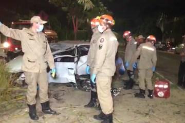 Jovem morre ao perder controle do carro e derrubar árvores em João Pessoa
