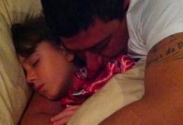 """Filha de Tom Veiga desabafa sobre morte do pai, que faleceu no dia de seu aniversário: """"O Pior dia da minha vida"""""""