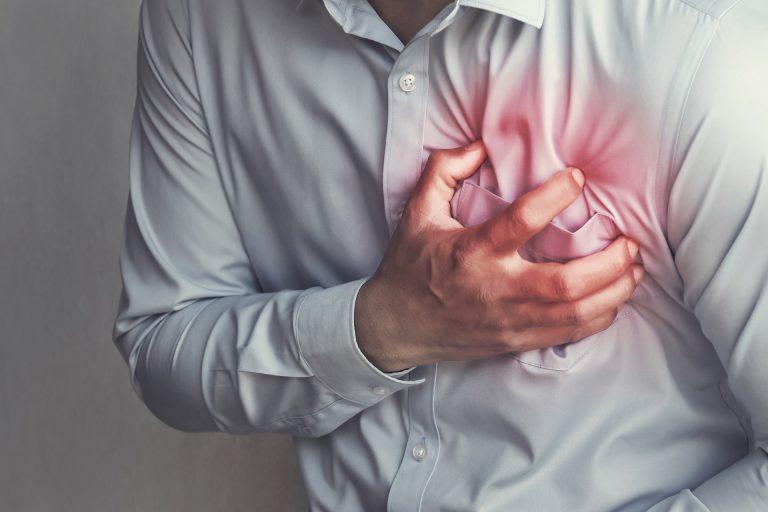 bigstock people chest pain from heart a 279003418 768x512 e7721f40 - Conheça os fatores de risco da parada cardiorrespiratória, problema que causou morte de Maradona nesta quarta-feira