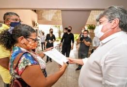João Azevêdo entrega escrituras de imóveis a famílias do conjunto Colinas do Sul em João Pessoa