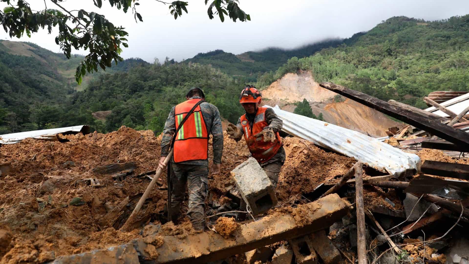 guatemala - Mulher perde 22 familiares após deslizamento de terras em aldeia na Guatemala