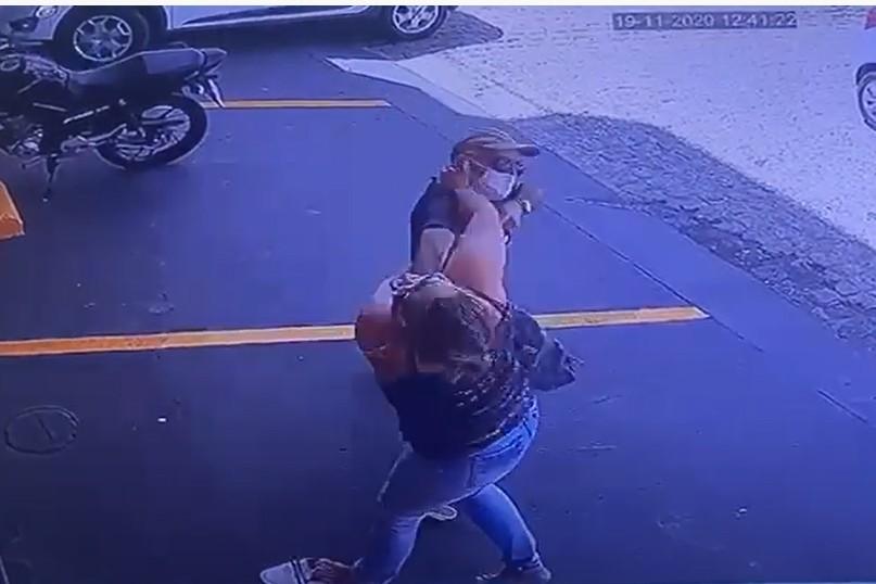 imagem 2020 11 19 224425 - CONFUSÃO E QUEBRA-PAU: Irmã de prefeita e ex-vice brigam no meio da rua em Pombal - VEJA VÍDEO