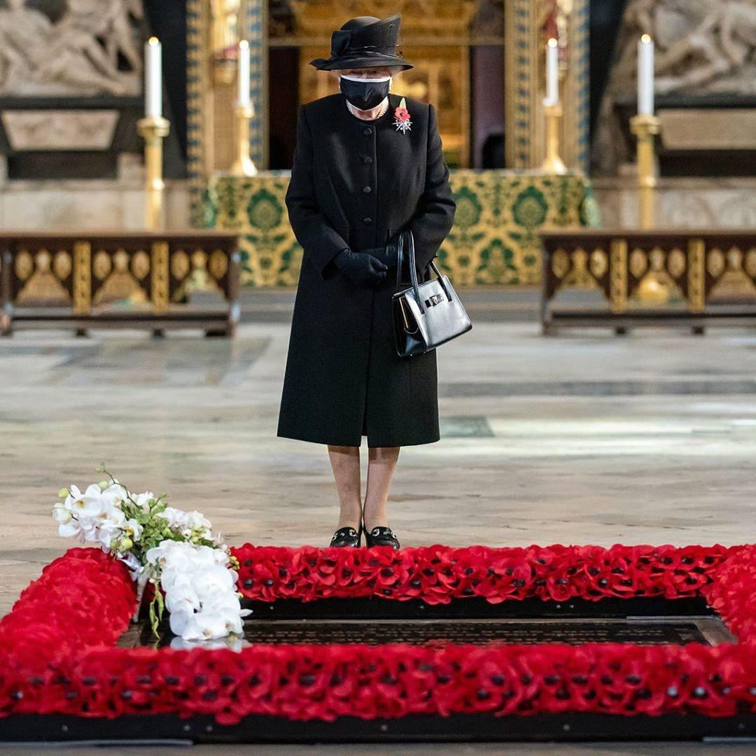 rainha - Rainha Elizabeth II faz primeira aparição pública usando máscara facial