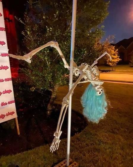 xblog halloween.jpg.pagespeed.ic .Mu9r13oOWz - Mulher é notificada a retirar decoração com esqueletos fazendo pole dance no Halloween - VEJA VÍDEO