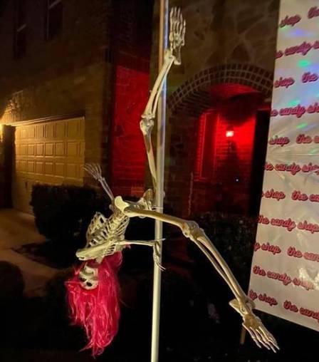 xblog pole 1.jpg.pagespeed.ic .pA3fSRYWl2 - Mulher é notificada a retirar decoração com esqueletos fazendo pole dance no Halloween - VEJA VÍDEO
