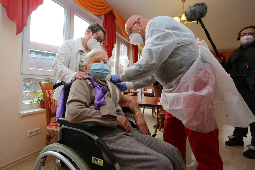 000 8xr8r7 1  - Mulher de 101 anos é 1ª vacinada na Alemanha; União Europeia começa campanha contra Covid no domingo