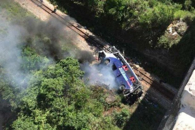 1 20201204143931702650u 6431890 - TRAGÉDIA! Ônibus cai de ponte e deixa ao menos 14 mortos e 26 feridos