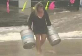 Mulher entra em mar bravo para salvar barris de cerveja – VEJA VÍDEO