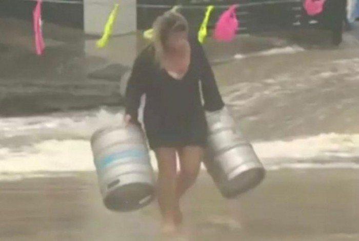 1 5823ql5mc3hruwxbxzfbe67ec 20746040 - Mulher entra em mar bravo para salvar barris de cerveja - VEJA VÍDEO