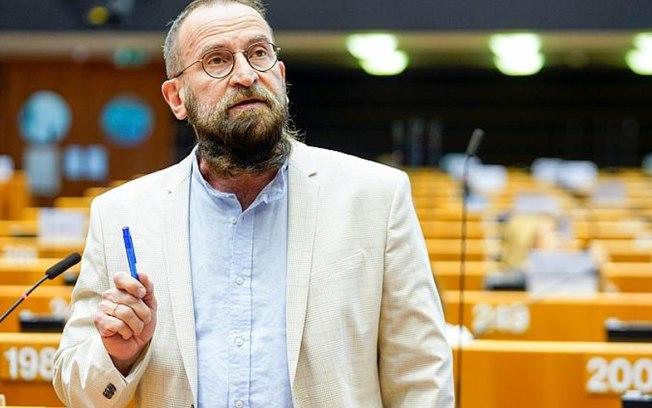 8ee6orlivqr64ga9upj90fi26 - Flagrado em orgia com 25 homens, eurodeputado de extrema-direita renuncia