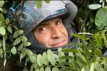 Vídeo mostra motoboy pedindo socorro após ser atingido por árvore em meio à chuva forte