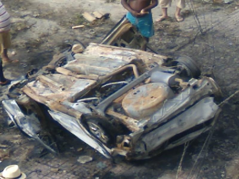 carro capotado - EM CAMPINA GRANDE: Duas mulheres morrem carbonizadas em acidente de carro durante a madrugada- VEJA VÍDEO