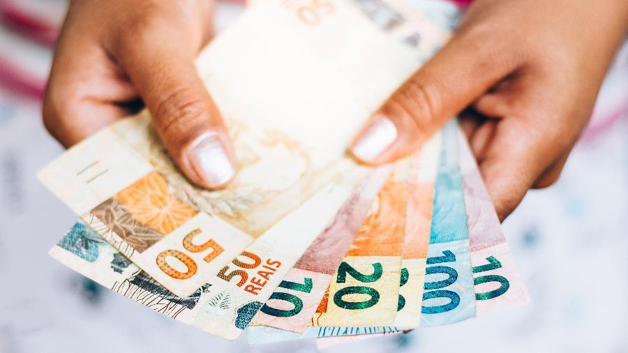 dinheiro real moeda auxilio emergencial 1587056303666 v2 900x506 - Salário mínimo fica R$ 2 abaixo da inflação e governo não comenta se terá reajuste