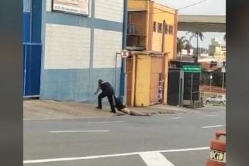 homem foi 790x444 01122020112535 - ABSURDO! Homem é arrastado pela rua por segurança – VEJA VÍDEO