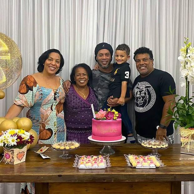 image gBq2nyQ - Ronaldinho Gaúcho pede orações para a mãe que está internada com Covid-19
