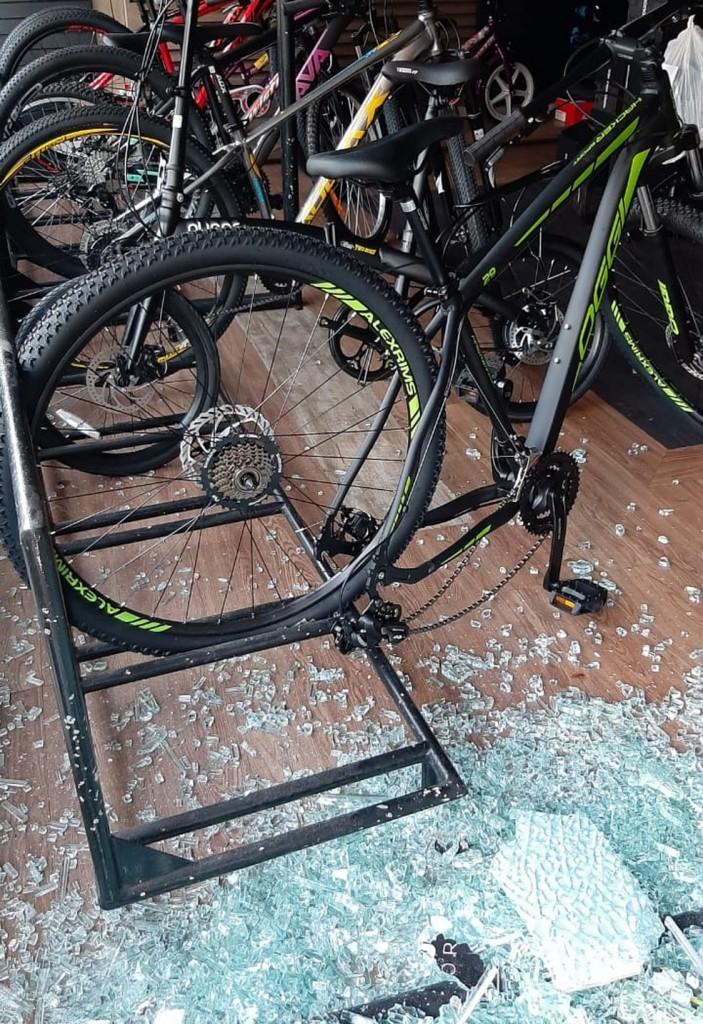 loja de bicicletas arrombada - Jovem é preso suspeito de arrombar loja de bicicletas, em João Pessoa