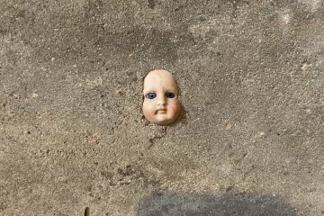 Mulher encontra cabeça de boneca na parede da sua casa e se assusta